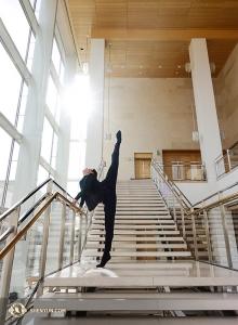 Hoofddanser Rubi Zhang die het publiek heeft verrukt met zijn luchtsprongen, warmt zich op in Madison. (Foto door Jeff Chuang)