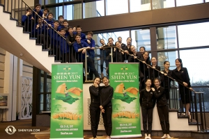 Unterdessen in North Carolina: Die Tänzer der Shen Yun North America Company sammelten sich für ein Gruppenfoto in der Lobby des Raleigh Memorial Auditorium. (Foto: Tänzerin Kaidi Wu)