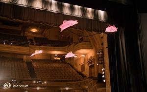 Training mit fliegenden Taschentüchern vor einer Aufführung in Philadelphia. Auch in der Luft bewegen sich die magischen Tücher in Formation! (Foto: Annie Li, Bühnenprojektion)