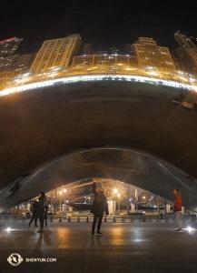 Tancerz Patrick Trang czuje moc ogromnej szikagowskiej fasoli znanej pod nazwą Cloud Gate. (fot. tancerz Ben Chen)