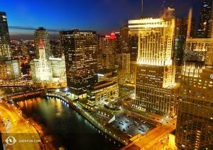 Naszą fotograficzną podróż zaczynamy w tym tygodniu od wieczornego zdjęcia Chicago, gdzie Shen Yun World Company dało osiem występów w Harris Theater. (fot. tancerz Joe Huang)