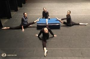 Les étirements continuent au théâtre. Les danseuses de la Shen Yun International Company au Théâtre Buell de Denver, Colorado. De gauche à droite les danseuses Jessica Si, Hannah Rao, Yuting Huang et Connie Kuang. (Photo de la projectionniste Annie Li)