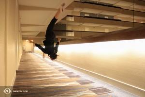 Efter en lång bussresa till Milwaukee, Wisconsin, var Bella Fan vid Shen Yun Touring Company glad att se hotellets långa korridor. (Foto av dansaren Helen Li)