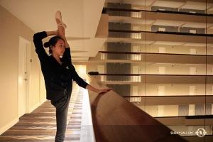 S'étirer le soir à l'hôtel, comme le fait ici Bella Fan, est une partie essentielle de la vie d'un danseur en tournée. Si vous nous voyez dans votre hôtel, n'hésitez pas à nous saluer! (Photo de Helen Li)