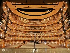 C'était une première pour Shen Yun dans ce théâtre, et le danseur Joe Huang en apprécie l'instant (Photo du danseur Antony Kuo)