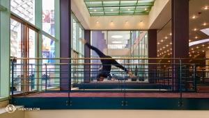 Mellan föreställningar, repetitioner, resor och tillfälliga vilopauser, finns det inte mycket tid över. Men när de får en stund över tar dansarna vara på den för att utöva sin konst. Solistdansare Olivia Chang på Denvers Buell Theatre. (Foto av Annie Li)