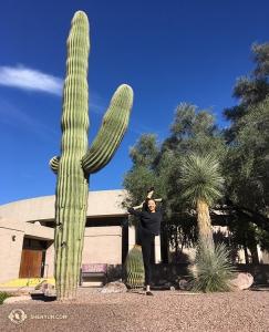 Et pour terminer, en Arizona, la première danseuse Chelsea Cai et la Shen Yun International Company se préparent pour des représentations à Tucson, Phénix et Mesa avec des étirements supplémentaires. (Photo d'Annie Li)