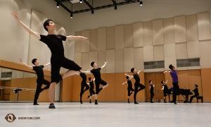 I Toronto tränar Steve Feng (i förgrunden) och Shen Yun World Companys dansare i replokalen. (Foto av dansaren Jeff Chuang)