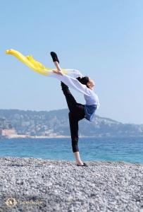 のどかな海を眺めるダンサー、ズージェン・ユ(撮影:ダンサー、ナンシー・ワン)