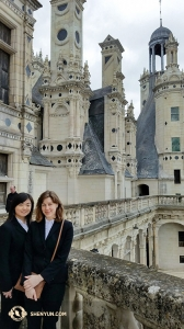 La soliste d'erhu Linda Zhen Wang (à gauche) et le premier violon Astrid Martig à Chambord.