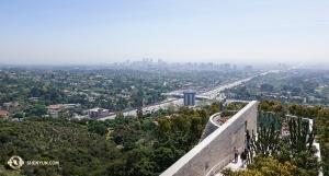 Wracamy do Stanów, gdzie Shen Yun International Company kontynuowało swoje tournée w Południowej Kalifornii. Widok na przedmieścia Los Angeles z Getty Museum. Odrobina smogu... (fot. kinooperatorka Annie Li)