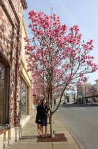 Po długiej podróży zespół przybywa do Portland, gdzie zagościła już na dobre piękna wiosna. Od lewej tancerka Wandi Zhu i Wendy Ba. (fot. Kaidi Wu)