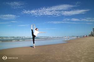In Australien genossen die Shen Yun New York Company und Erste Tänzerin Evangeline Zhu einige Zeit am Strand der wunderschönen Gold Coast.