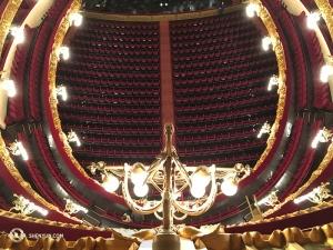 Ein Blick in den Saal vom fünften Balkon aus. (Foto: Regina Dong, Bühnenprojektion)
