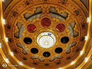 """Einfach als das """"Liceu"""" bekannt, eröffnete das Theater zunächst im Jahr 1847, brannte 1861 und nochmal 1994 ab, und wurde 1999 schließlich wieder aufgebaut und wieder eröffnet."""