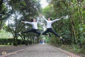 In der Luft klatschen sich die Tänzerinnen Ceci Wang (links) und Helen Li ab, während sie in Kolumbien einen freien Tag genießen. (Foto: Tänzerin Diana Teng)