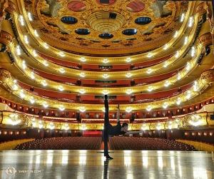 Machen wir weiter mit Spanisch-sprechenden Ländern: Die Shen Yun World Company und der Tänzer Joe Huang traten in dem majestätischen Gran Teatre del Liceu in Barcelona auf. (Foto: Tänzer Rui Suzuki)