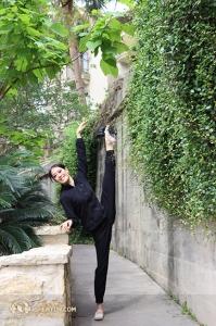 Erste Tänzerin Emily Pan von der North America Company beim Stretchen. (Foto: Kaidi Wu)