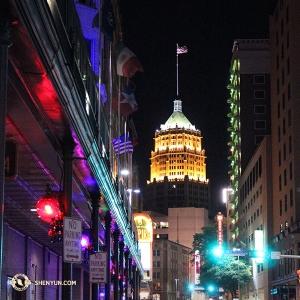 Und schließlich erreichte das Ensemble San Antonio. Obwohl nicht so ein Denkmal wie das von Alamo, ist das Tower Life Building noch immer eine Sehenswürdigkeit, wenn es nachts beleuchtet wird. (Foto: Darrell Wang)