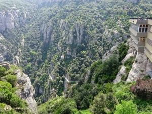 壯觀的蒙特塞拉特山脈,意為鋸齒狀的山。山中藏有本篤修道院與美景無數。(攝影:舞蹈演員Joe Huang)