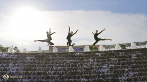 在聖安東尼奧特賓表演藝術中心外。舞蹈演員(左起):宇鳴、潘清匯和Lavender Han。(攝影:舞蹈演員吳凱迪)