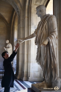 舞蹈演員Jeff Chuang和大理石雕像一見如故。(攝影:Liang Jun)