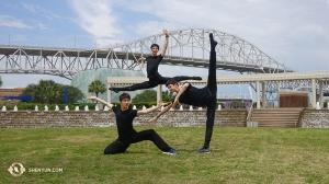 神韻北美藝術團正在德州演出。舞蹈演員(左起):Louis Liu、Kelvin Diao和Leo Yin在考珀斯‧克里斯蒂的瑟林納劇院外的水上公園留影。(攝影:舞蹈演員Daren Chou)