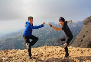在巴塞羅那的兩場演出之後,許多舞蹈演員仍然精力充沛。Jeff Chuang(左)和Rui Suzuki在徒步登上山頂之後,接著耍一回猴戲。(攝影:馮松濤)