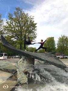 在歐洲,神韻世界藝術團在德國的路德維希堡演出。周書汀和王君竹(反串)模仿《畫中仙》中的一幕。
