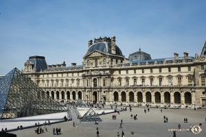 神韻世界藝術團在法國巴黎進行三場演出。在一天的休息日裏,藝術團參觀了世界最偉大的文藝復興藝術博物館——盧浮宮。