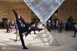 Dopo aver atteso l'acquisto dei biglietti in una lunga fila, il ballerino Zack Chan ha deciso di sperimentare la potenza della piramide del Louvre (foto del danzatore Jun Liang)