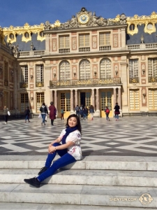 La solista di Erhu Linda Zhen Wang insieme ai componenti dell'orchestra hanno trascorso una mattinata al Palazzo di Versailles, voluto da Luigi XIV (foto del primo violino Astrid Martig)