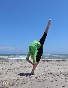 舞蹈演員Xin Yuqin在德州的海邊。(攝影:吳凱迪)