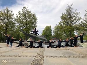 神韻藝術團在路德維希有兩場演出,舞蹈演員在王宮花園劇院留影。(攝影:舞蹈演員王項楠)