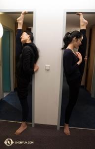 經過幾天的長途旅行後,舞蹈演員王君竹(左)和郭捷終於可以回到旅館,活動活動筋骨。