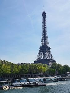 春天的巴黎,塞納河上的艾菲爾鐵塔。(攝影:Liang Jun)