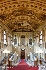 """유럽 투어를 마친 션윈 세계예술단. 투어에 포함된 부르크 극장은 1786년에 모차르트의 """"피가로의 결혼""""이 초연됐던 곳이다. (Photo by projectionist Regina Dong)"""