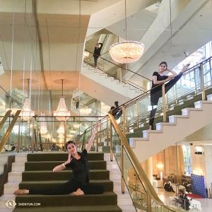 무용수들(왼쪽부터) 위팅 황, 지아위안 양, 제니 마, 그리고 모든 션윈 단원들이 인사드립니다. 잊지 말고 기억해 주세요. 내년에 또 만나요! (Photo by Annie Li)