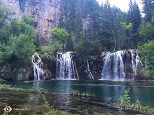 Pojechali w góry Colorado, gdzie po stromym podejściu dotarli do Hanging Lake w kanionie Glenwood - miejsca, które wkrótce mogło zostać zamknięte z powodu dużej liczby odwiedzających.
