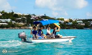 Inni tancerze podążyli za wspaniałą tradycją wakacji na Karaibach, w tym przypadku na Bermudach, gdzie (od lewej) Danny Li, Felix Sun, Benjamin Lee i Jason Pan relaksując się miło spędzali czas.