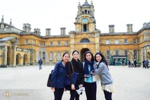 Od lewej: Cindy Chi, Ashley Wei, Cherie Zhou i Diana Teng przed pałącem Blenheim.