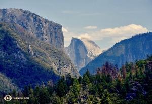 Nie, to nie jest tapeta z MacBooka. Część El Capitan i Half Dome w Parku Narodowym Yosemite w Kalifornii.