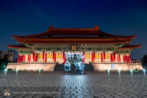 公演後、記念に国家音楽庁の前でライト・ペインティング(写真に光の軌跡を写す技法)に挑戦。「ありがとう、台湾!」