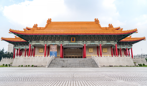 台湾の壮麗な国家音楽庁。金色の屋根、反り上がった軒、大きな赤い柱を備え、明と清の時代(1368年~1912年)の宮殿を思わせる。