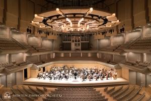 カナダの主要なコンサートホールとして知られるロイ・トムソン・ホール。パイプオルガンを備え、独特の傾斜を特徴とする建築。神韻交響楽団の演奏会は今年で4年目となる。