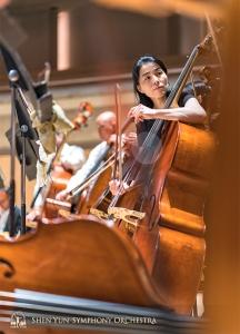 力強い楽器には力強い奏者が似つかわしい。陳慧卿とコントラバス奏者たち。