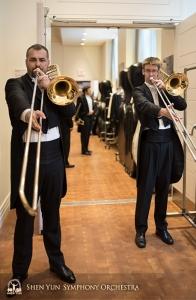 カーネギー・ホールの楽屋で基礎練習のロングトーンでウォーミングアップする首席トロンボーン奏者アレグザンダー・モラル(左)とトロンボーン奏者アリステア・クローフォード。