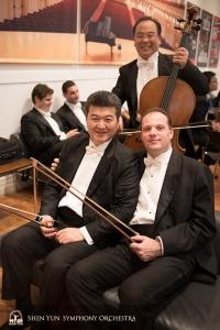 舞台上で楽器の到着を待つ首席コントラバス奏者ユライ・クカン(右)と同じくコントラバス奏者の劉偉。後ろはチェロ奏者のジェームズ・ジェン。