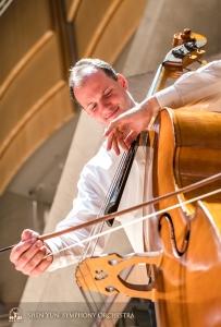 首席コントラバス奏者のユライ・クカン。音楽は観客だけでなく奏者自身にも喜びをもたらす。