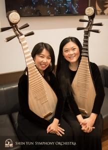 琵琶奏者のユル・チェン(左)と邱妙慈。琵琶は中国の民族楽器の「王」と位置づけられる。